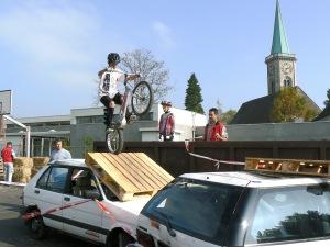 Nervenkitzel: Waghalsige Sprünge mit dem Trial-Bike. (Foto: Ruediger Weidler  / pixelio.de)