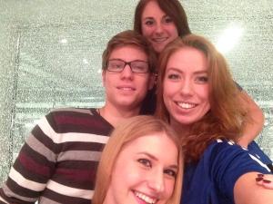 Sabrina (o.), Alina (r.) und Olga (u.) bitten zum Interview-Selfie